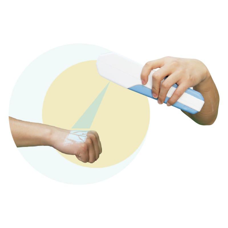 Projecteert het verloop van de aderen op de huid van de patiënt met behulp van NIR